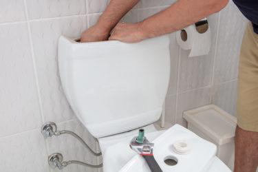 トイレタンクから水漏れが! 自分でできる5つの応急処置方法